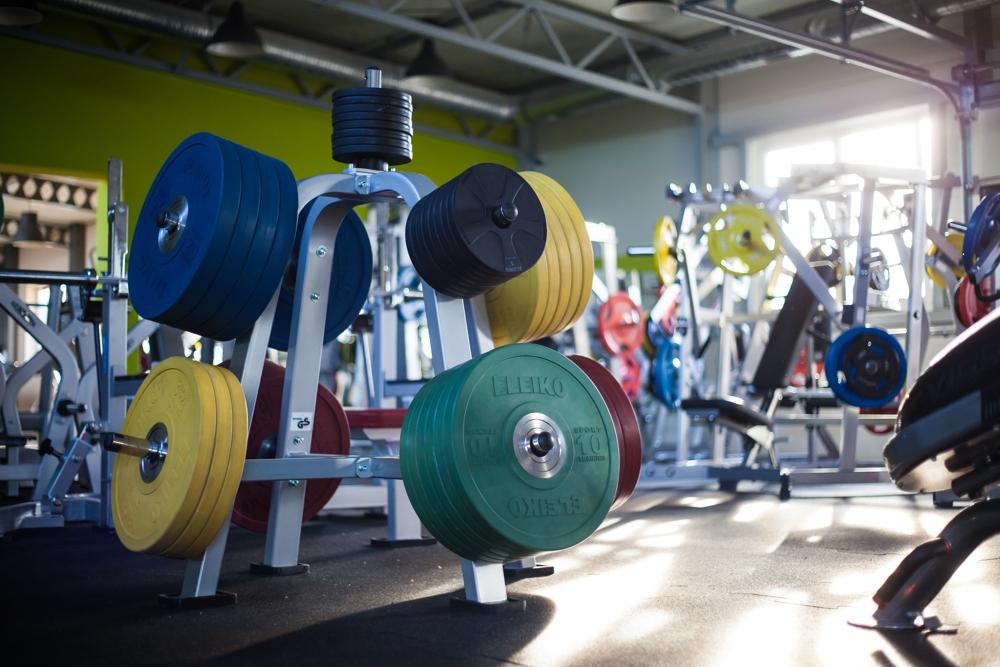 wolne ciężary na siłowni